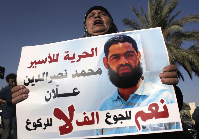 Tras dos meses de huelga de hambre, preso palestino entra en coma en cárcel de Israel