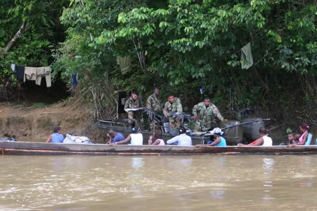 Paramilitares hurtan y extorsionan en el Río Atrato