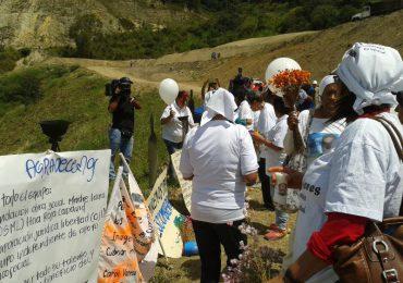 Mujeres siembran por la memoria en 'La Escombrera'