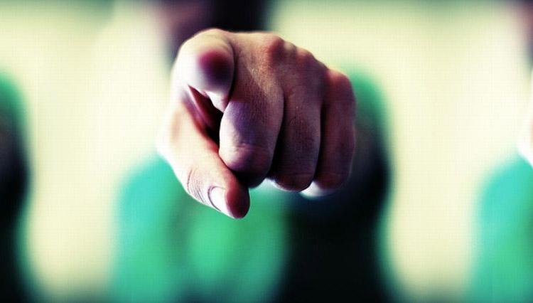 Acusamos y señalamos con el dedo