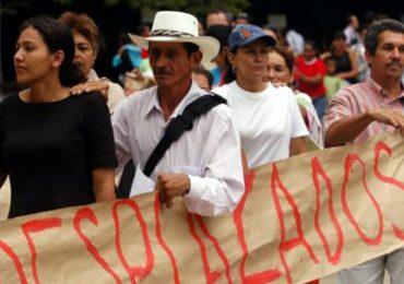 A Enrique Peñalosa le piden no olvidar a las víctimas