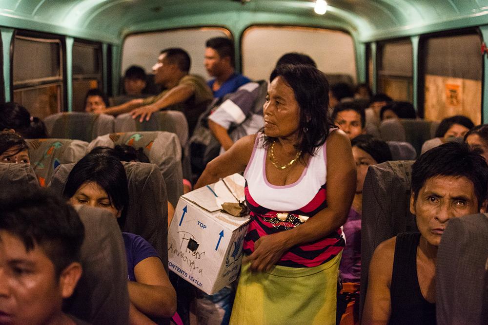 El bus que los lleva al puerto donde los espera el barco