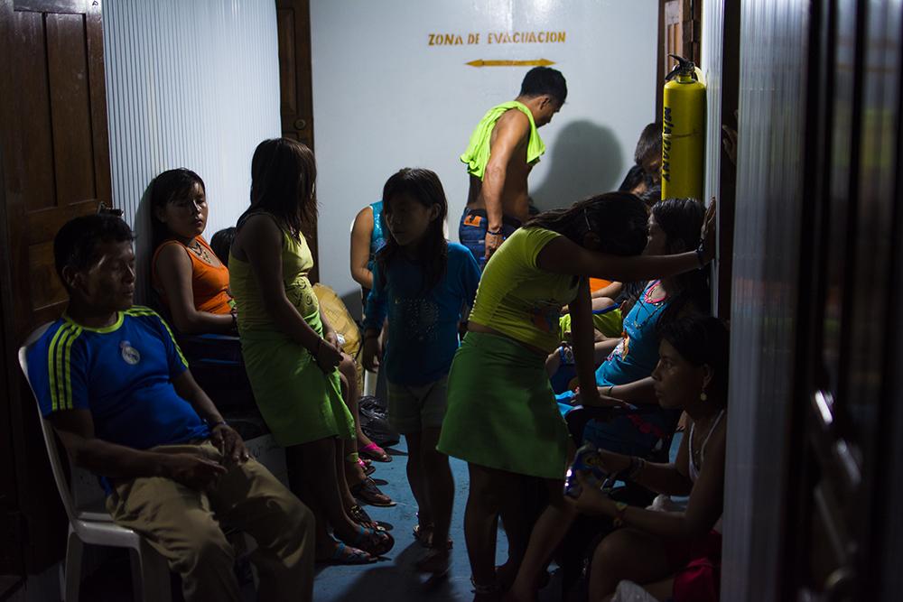Familias buscan un lugar donde pasar la noche