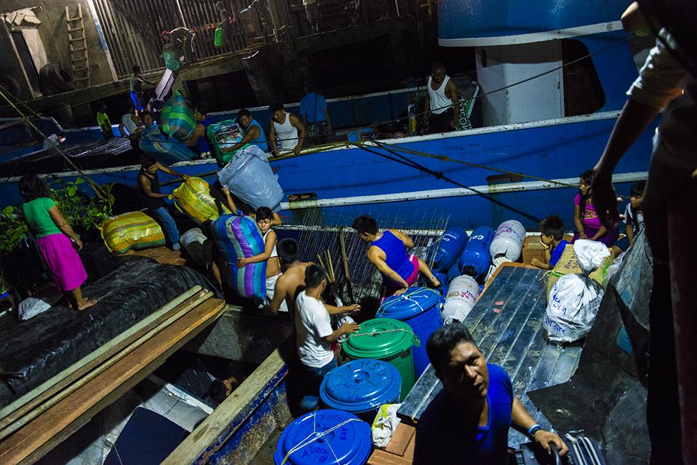 Comunidades realizan cadena humana para cargar el barco