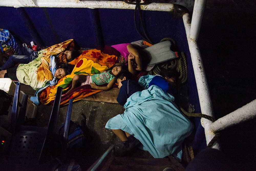 Niños duermen en la noche del 29 de noviembre