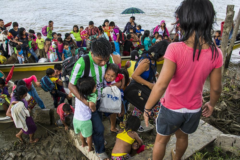 Familias arriban en lanchas a la Unión Agua Clara