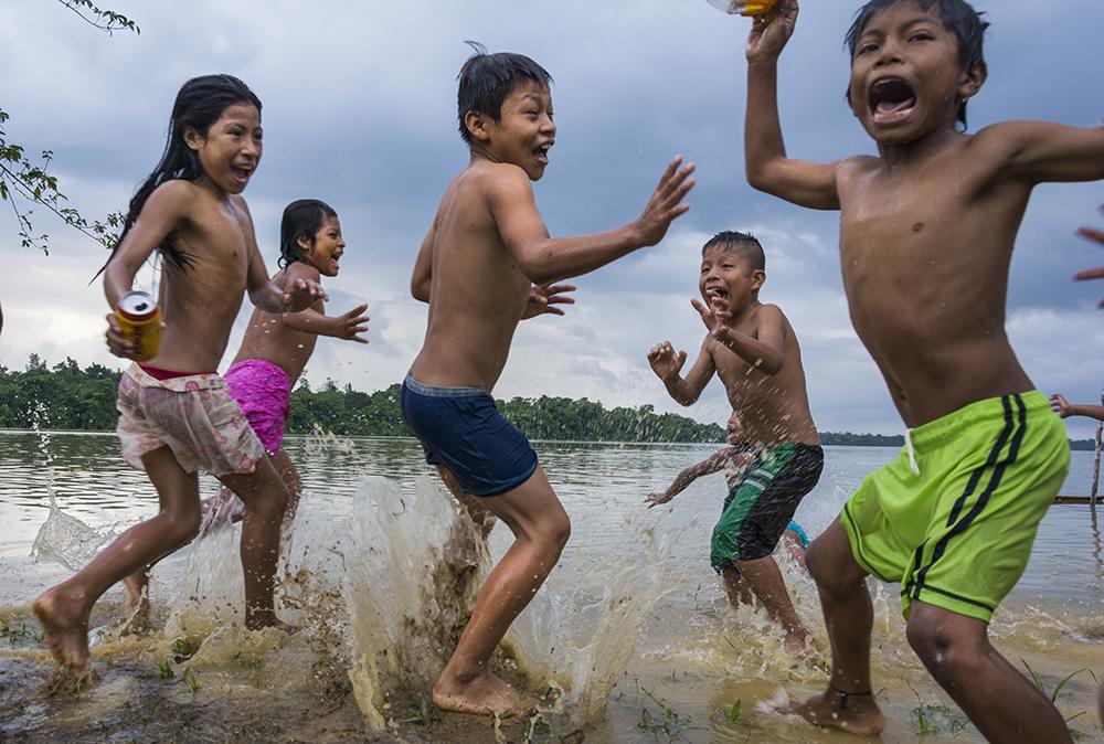 Luego de un año los niños regresan nuevamente al río