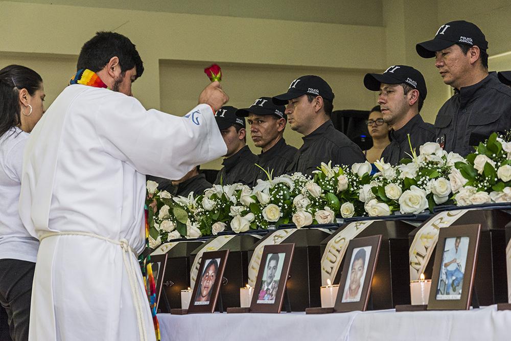Luego de decadas sin saber de sus familiares, parientes reciben los restos de sus hijos, hermanos, padres, hermanas. Restrepo meta