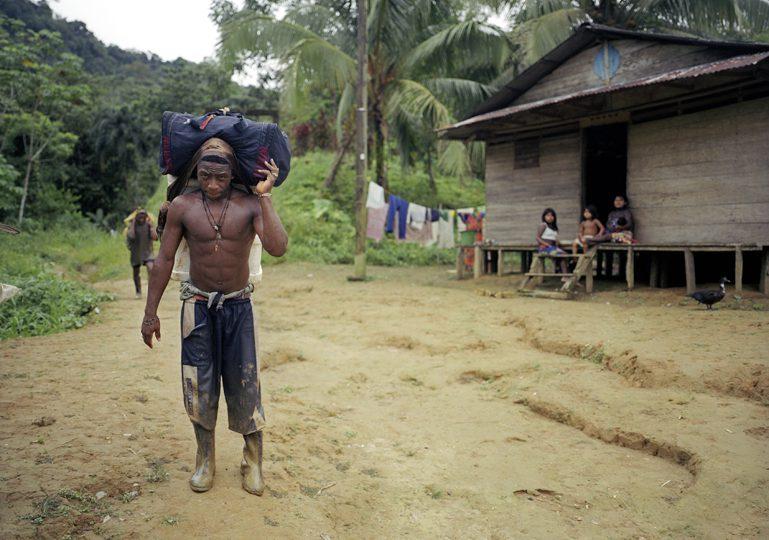Paramilitares de las AGC provocan desplazamiento masivo en el Alto Baudó