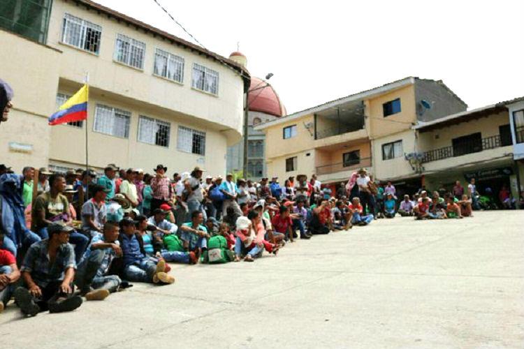 500 pobladores se toman pacíficamente la alcaldía de Valdivia