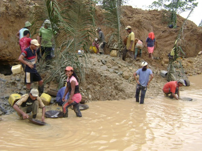 15 mil mineros informales en paro indefinido por incumplimientos del gobierno