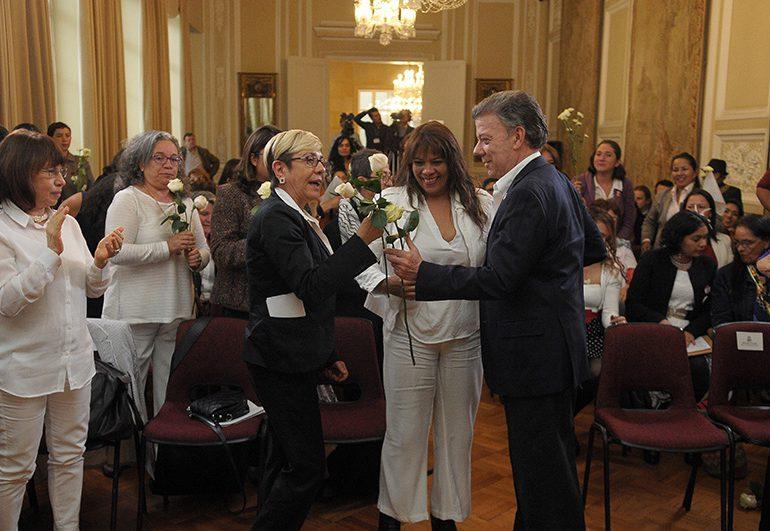 Santos se compromete con las mujeres a defender enfoque de género
