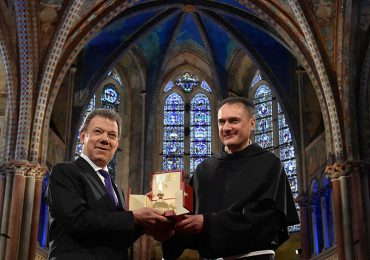 Lámpara de la paz de Francisco de Asís en manos de Santos