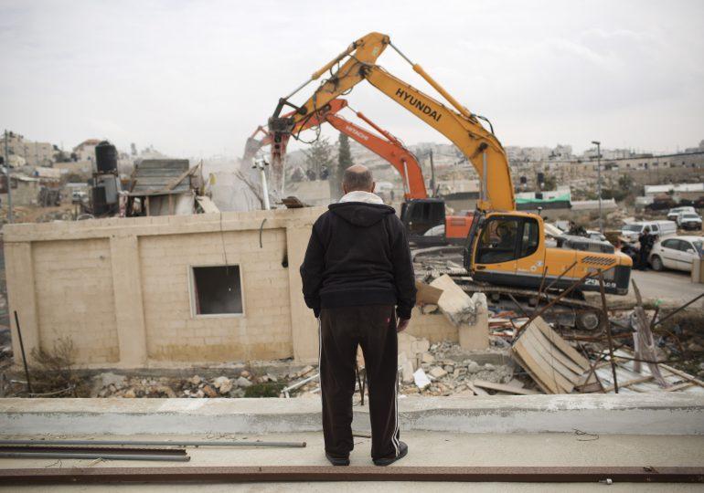 Israel derriba casas y desplaza familias palestinas