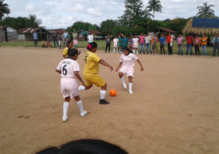 En Mapiripán las mujeres indígenas juegan fútbol por su dignidad