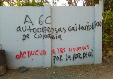 """""""De nuevo a las armas"""" graffitis alusivos a las autodefensas en Nariño"""