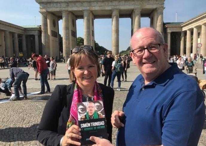 Mark Burton con Heike Hänsel, Parlamentaria alemana del partido Die Linke (La Izquierda). Foto: Carlos Ceballos