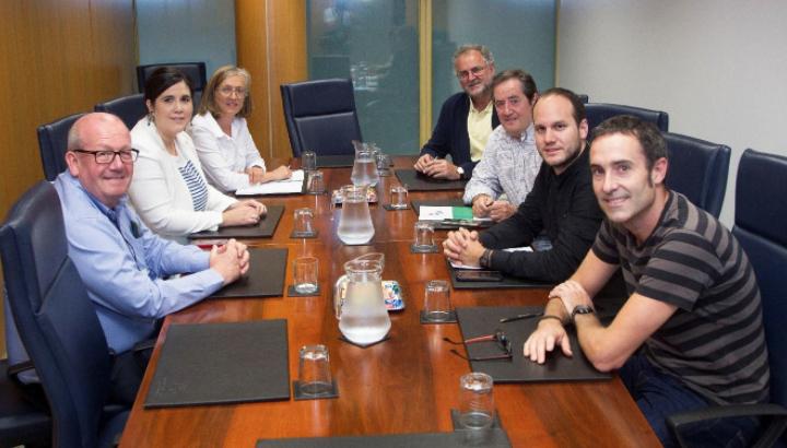 MarK Burton con Parlamentarios de la Unión Europea en Bruselas tras reunión sobre el caso de Simón Trinidad. Foto: Organizadores Campaña