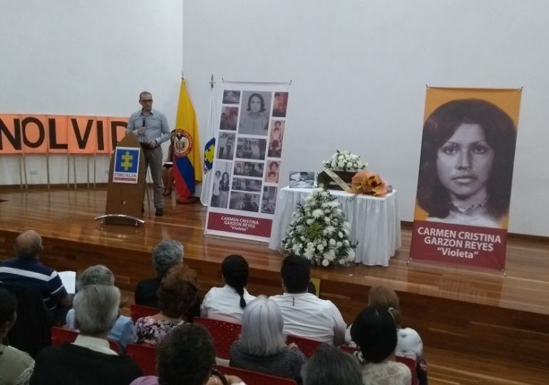 Con orgullo, Violeta recibe los restos de su madre, militante del M-19 desaparecida del Palacio de Justicia