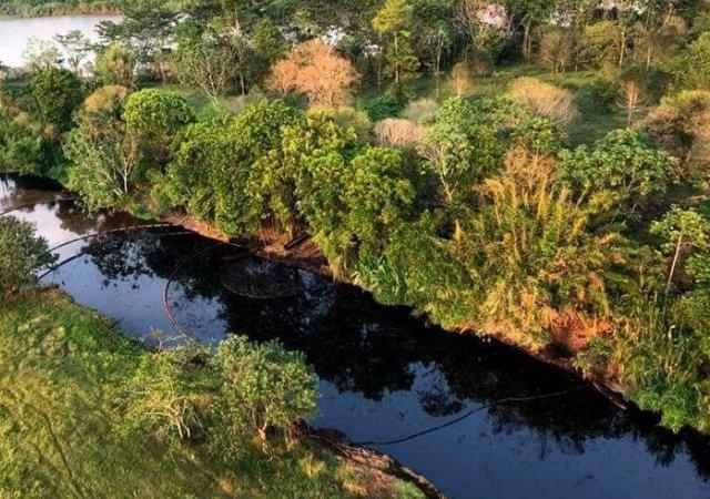 Amenazan a ambientalista que exige medidas sobre desastre de petróleo en la Lizama
