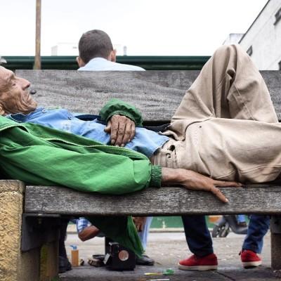 Solo 149 adultos mayores en condición de calle logran dormir en albergues
