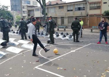 Con fútbol comunidad logra desalojar al ESMAD