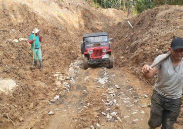 En Calarcá,Quindío Campesinos abren vía con sus propias manos