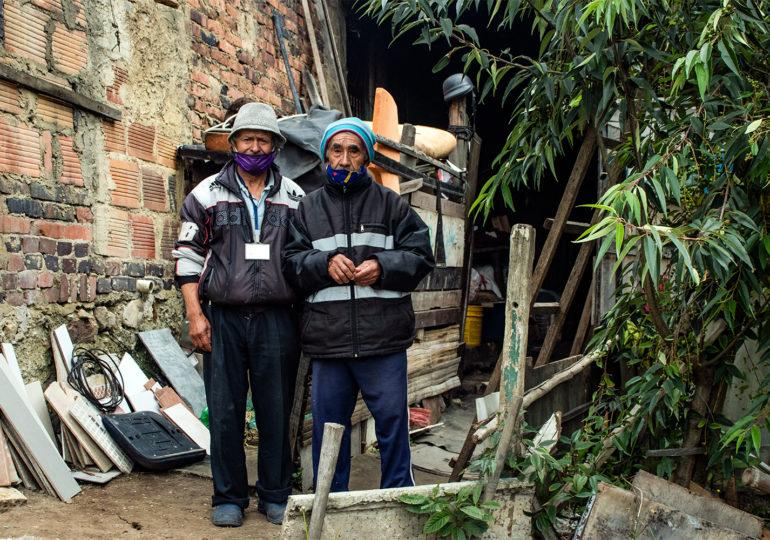 Don Miguel y su vecino de cuarto a la entrada de su pieza