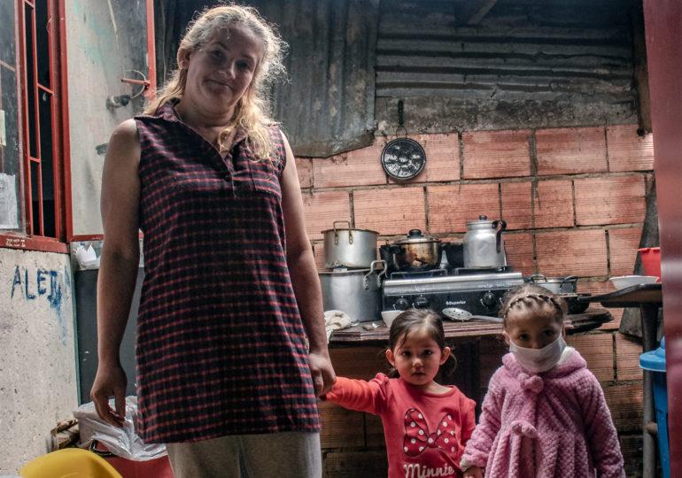 Doña Alejandra con su hija y una sobrina que esta cuidando