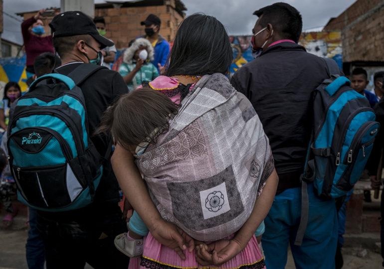 Desplazadas, desalojadas, golpeadas y sin techo permanecen 111 familias embera en Bogotá