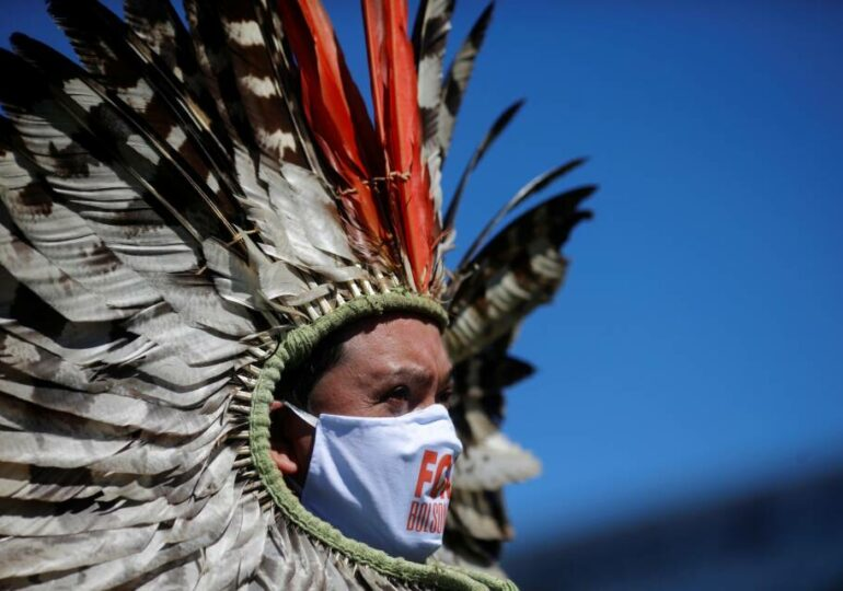 Indígenas de Brasil bloquean vías para frenar invasión a sus territorios