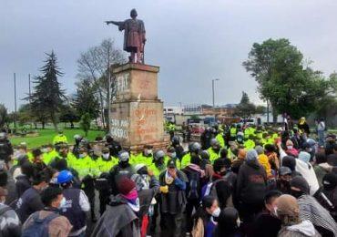 ESMAD atacó indígenas Misak que intentaba derribar estatua de Cristóbal Colón en Bogotá