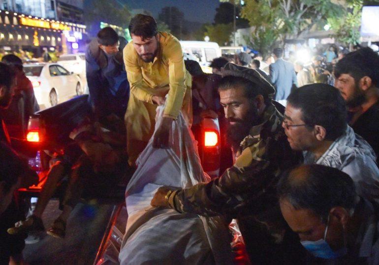 Atentado en el aeropuerto de Kabul deja al menos 60 muertos y más de 100 heridos